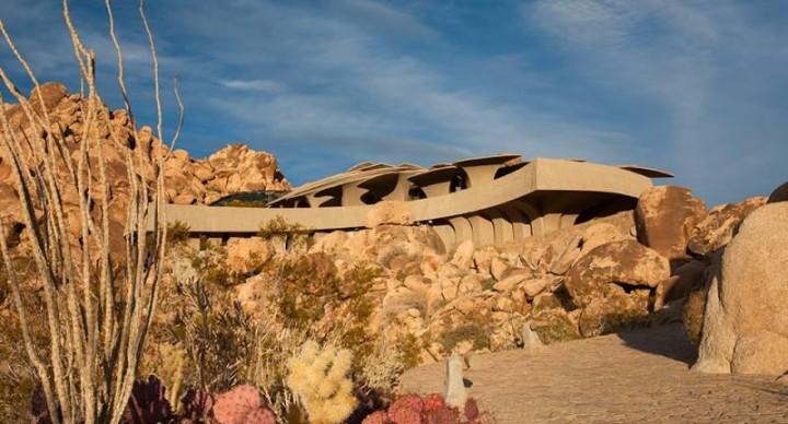 La casa nel deserto: fra stupore e surrealismo