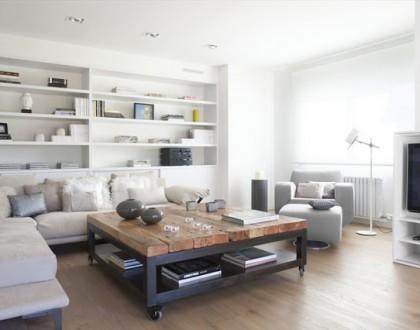 Vivienda en Llavaneres: Bianco e legno a Barcellona