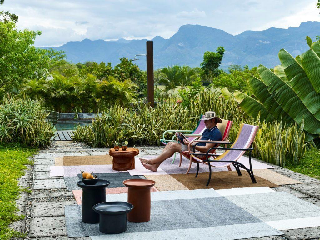 Una collezione outdoor di sedute e complementi d'arredo: soluzioni che uniscono il mondo dell'artigianato tradizionale al design contemporaneo.