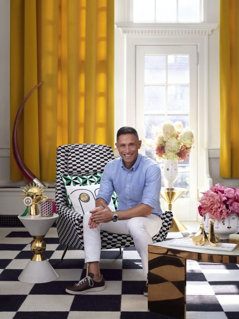 Jonathan Adler firma la sua prima collezione per il brand H&M Home: cuscini, vasi, candele, tazze, accessori per la casa con lo stile ironico del designer